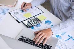 El contable o el banquero, hombre de negocios del negocio calcula y analysi imágenes de archivo libres de regalías