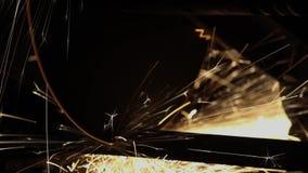 El contacto de la muela abrasiva con las causas del hierro chispea con el sonido almacen de video