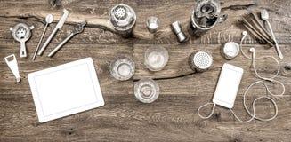 El contador de la barra con los dispositivos de los accesorios de las herramientas bebe los vidrios Imágenes de archivo libres de regalías