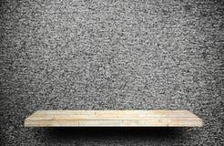 El contador de piedra del estante de la roca en el cemento gris para el producto desplaza imagenes de archivo