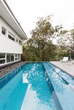 El contemporáneo tejó completamente la piscina en hom moderno de los mediados de siglo imagen de archivo libre de regalías