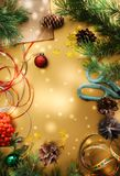El contexto festivo de la Navidad con las ramas de árbol de abeto, conos, protagoniza fotografía de archivo libre de regalías