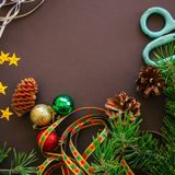 El contexto festivo de la Navidad con las ramas de árbol de abeto, conos, protagoniza Fotografía de archivo