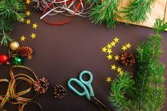 El contexto festivo de la Navidad con las ramas de árbol de abeto, conos, protagoniza Foto de archivo