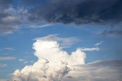 El contraste de nubes lluviosas brillantes y oscuras mullidas muestra cambios del tiempo imagenes de archivo
