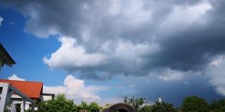El contraste se nubla el sol imágenes de archivo libres de regalías
