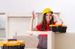 El contratista femenino que repara los muebles en casa imágenes de archivo libres de regalías