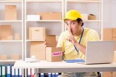 El contratista hermoso que trabaja en servicio de la relocalización de la entrega de la caja fotos de archivo libres de regalías