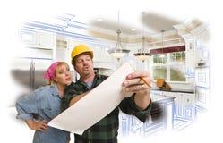 El contratista que discute planes con la mujer, foto del dibujo de la cocina sea Imagen de archivo libre de regalías