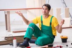 El contratista que trabaja en piso de madera laminado fotografía de archivo libre de regalías