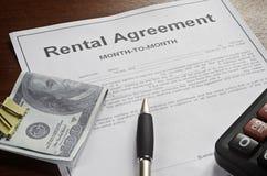 El contrato de alquiler con el dinero y la pluma Imagenes de archivo