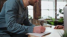 El contrato de la hipoteca de la muestra del hombre, puso la firma en el contrato de alquiler de la compra de la venta, agente in metrajes