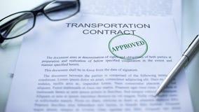 El contrato del transporte aprobó, sello selló en el documento oficial, negocio fotos de archivo