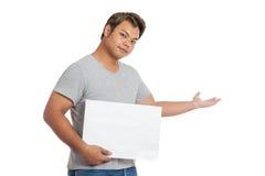 El control asiático del hombre una muestra en blanco abre su welcomi de la mano Foto de archivo libre de regalías