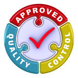 El control de calidad aprobó La marca de verificación bajo la forma de rompecabezas Fotos de archivo