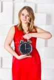 El control de la muchacha un reloj Fotografía de archivo