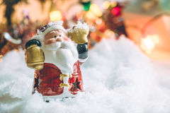 El control de Papá Noel la campana y la estrella se coloca entre la pila de nieve en la noche silenciosa, enciende para arriba la Fotos de archivo