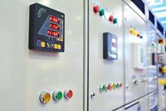 El control del equipo y de sistemas se coloca en planta industrial foto de archivo