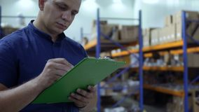 El control del inspector los paquetes en almacén y la escritura divulga almacen de metraje de vídeo