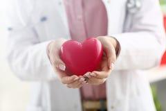 El control femenino del doctor en brazos y rojo de la cubierta juega imagen de archivo libre de regalías