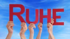 El control Ruhe recto de la gente significa el cielo azul del resto Fotografía de archivo
