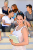 El control sonriente de la muchacha del estudiante universitario reserva verano Imágenes de archivo libres de regalías
