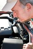 El controlar bajo el capo motor Foto de archivo
