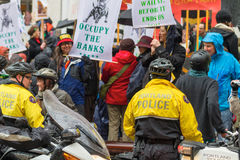 El controlar de la policía de Portland ocupa a la muchedumbre de Portland de manifestantes Fotos de archivo libres de regalías