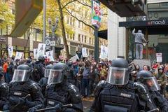 El controlar de la policía de Portland ocupa a los manifestantes de Portland en Downto Imágenes de archivo libres de regalías