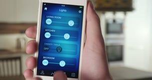 El controlar se enciende en el apartamento usando el smartphone app