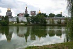 El convento de Novodevichy refleja en el lago - landsca Fotos de archivo