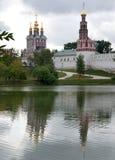 El convento de Novodevichy refleja en el lago - portrai Foto de archivo
