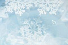 El copo de nieve derrite en fondo de la macro del agua Foto de archivo libre de regalías