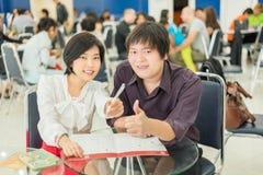 El copule (asiático) tailandés del negocio está mostrando gesto del éxito en Imágenes de archivo libres de regalías