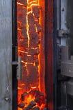 El coque acabado en la puerta abierta del horno de coque imagenes de archivo