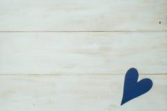 El corazón azul en un fondo blanco, madera pintó el azul griego Imagen de archivo