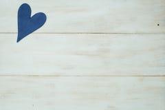 El corazón azul en un fondo blanco, madera pintó el azul griego Imagen de archivo libre de regalías