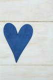 El corazón azul en un fondo blanco, madera pintó el azul griego Imagenes de archivo