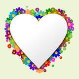El corazón blanco con las flores en el fondo Foto de archivo libre de regalías