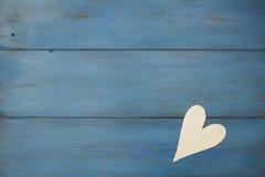 El corazón blanco en un fondo azul, madera pintó el azul griego Imagenes de archivo