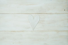 El corazón blanco en un fondo blanco, madera pintó el azul griego Fotos de archivo libres de regalías