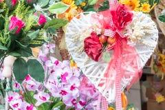 El corazón blanco florece la decoración con las rosas rojas Imagen de archivo libre de regalías