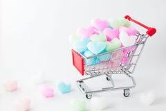 El corazón colorido en carro de la compra, ama el corazón colorido de la espuma Imágenes de archivo libres de regalías