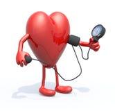 El corazón con los brazos y las piernas miden la presión arterial Imagen de archivo
