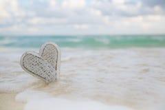 el corazón de madera en el mar agita, acción viva Foto de archivo libre de regalías