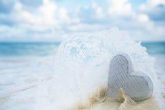 el corazón de madera en el mar agita, acción viva Fotografía de archivo libre de regalías