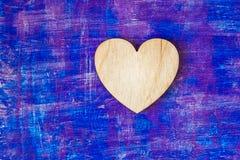El corazón de madera en lila abstracta pintó movimientos de madera del witn de la pared Imágenes de archivo libres de regalías