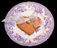 El corazón de oro del regalo del amor aisló Foto de archivo libre de regalías