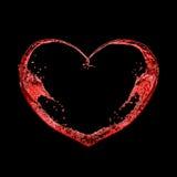 El corazón de vinos rojos salpica en fondo negro Imagen de archivo libre de regalías