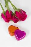 El corazón del chocolate y se levantó en el día de tarjeta del día de San Valentín Imagenes de archivo